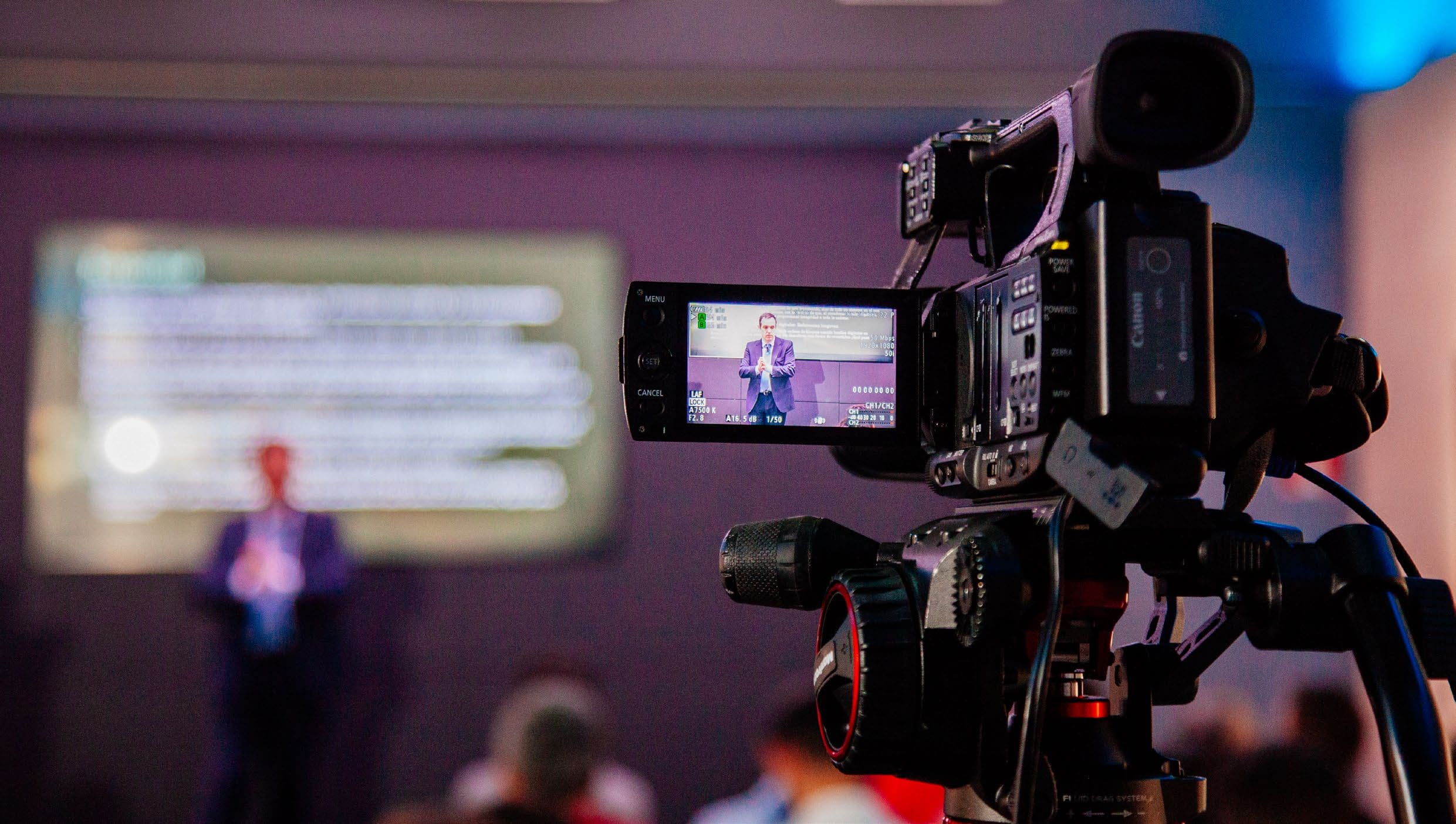 Cámara filmando una conferencia
