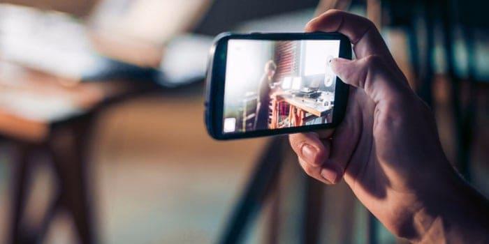 Usuario viendo un video por streaming desde el celular