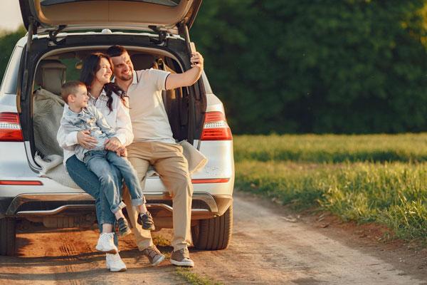 Familia en un auto sobre la ruta