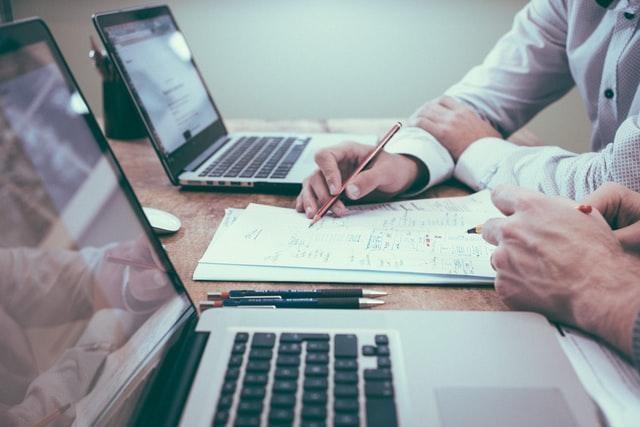 Dos personas diseñando la interfaz de una página web