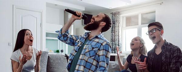 Grupo de amigos cantando con Karaoke