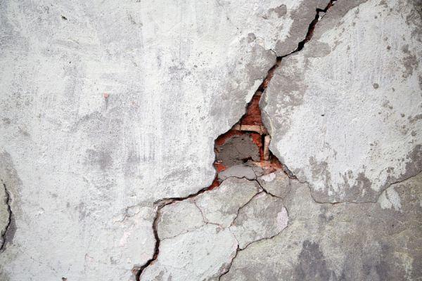 Pasos para reparar la grieta de una pared. Procedimiento para reparar una pared con grietas. Cómo arreglar una grieta en la pared.