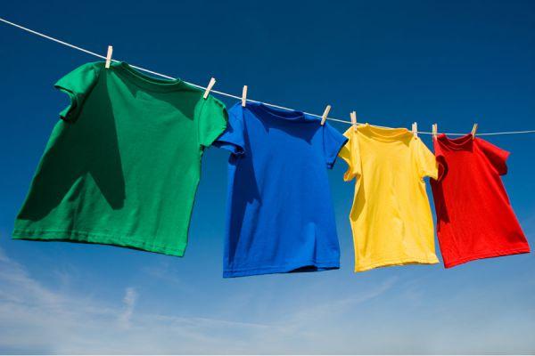 Camisetas recien teñidas con métodos profesionales