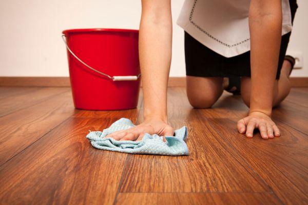 C mo limpiar el piso de parquet - Limpiar parquet con vinagre ...