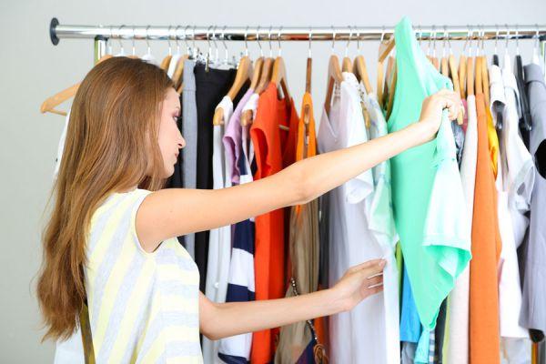 Cómo colocar las prendas en los diferentes tipos de perchas