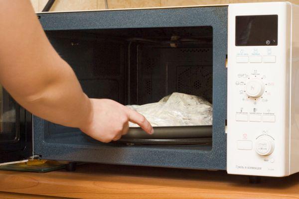 Cómo descongelar alimentos con el microondas