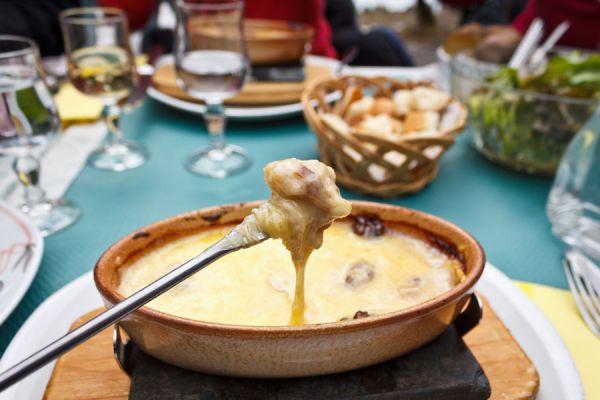 Cómo corregir una fondue de queso demasiado líquida o espesa