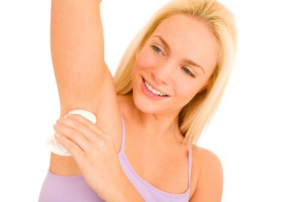 Remedios caseros para quitar las manchas en las axilas. Cómo borrar manchas de las axilas. Tratamientos naturales para las axilas manchadas.