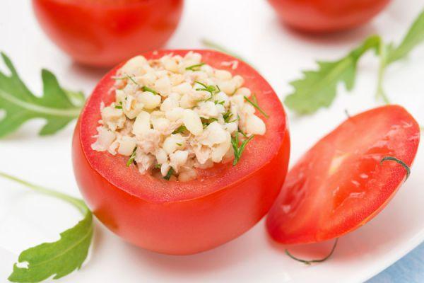 Cómo hacer tomates rellenos en el microondas