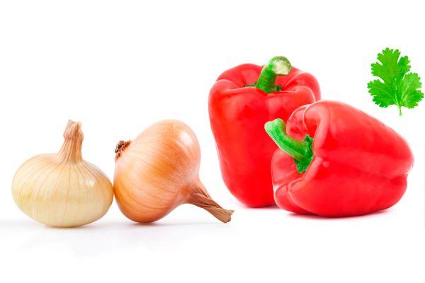 Ingredientes y pasos de preparación de la ensalada de pimentón rojo y cebolla.