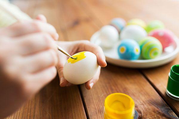 Cómo hacer adornos con huevos vacíos