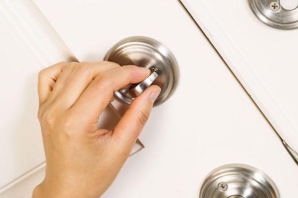Cómo asegurar una puerta con cerrojos. Cómo colocar un cerrojo.
