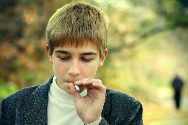 autostopista adolescente de fumar