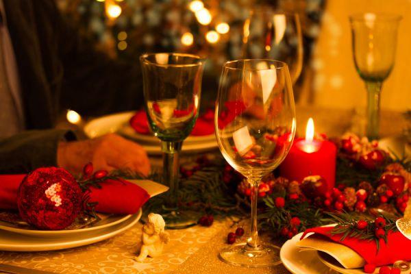 Te damos varias ideas para decorar la mesa de navidad en rojo y dorado. Cómo decorar la mesa de Navidad en color rojo y dorado