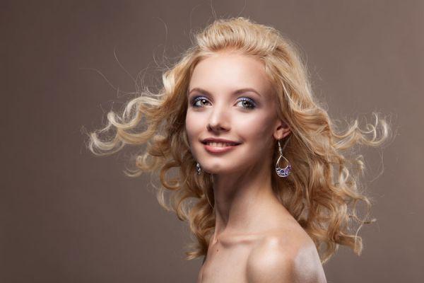 Algunos trucos para combatir el frizz en el pelo. Si tienes cabello con frizz, aplica estos consejos para combatirlo. Tips para evitar el frizz