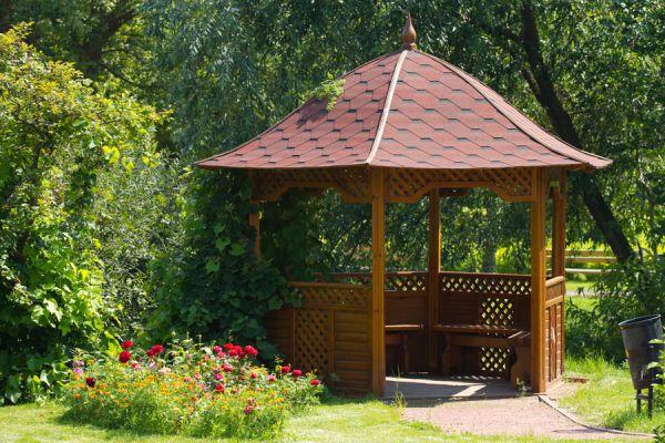 Algunos cuidados de las estructuras de jardín, ya sea de madera o paja. Consejos para cuidar las estructuras de jardín