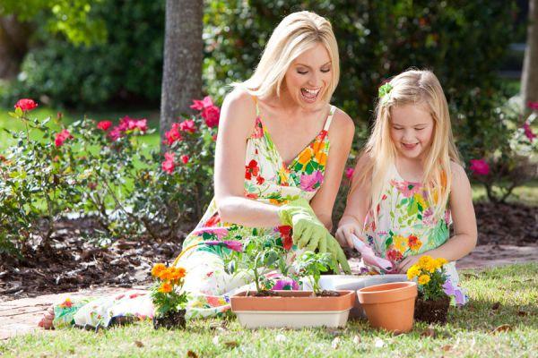Consejos para iniciar a los niños en la jardinería. Cómo incentivar a los niños a participar en la jardineria. Los niños también ayudan en el jardín