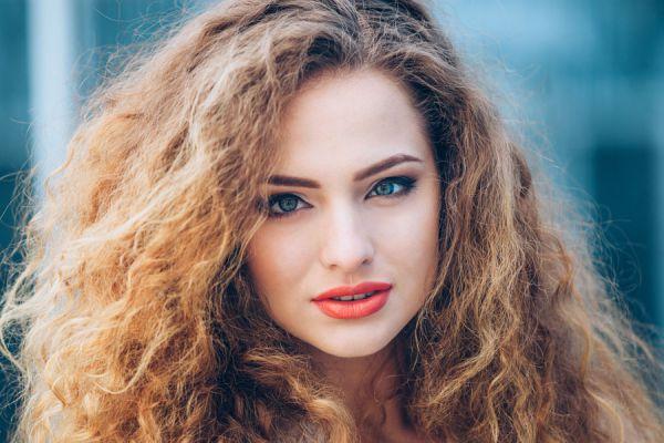 Mascarillas caseras para evitar el frizz en el pelo. Tratamientos naturales para combatir el pelo encrespado. Quitar el frizz en el cabello.