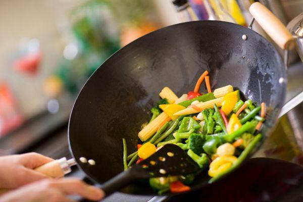 Cómo cocinar en un wok