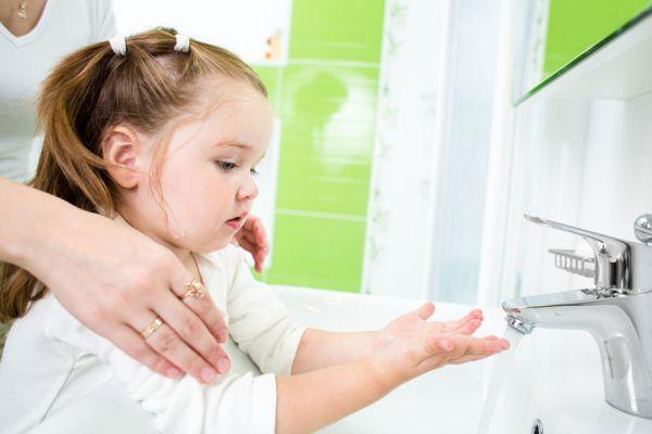 enseñarle a los niños a lavarse las manos