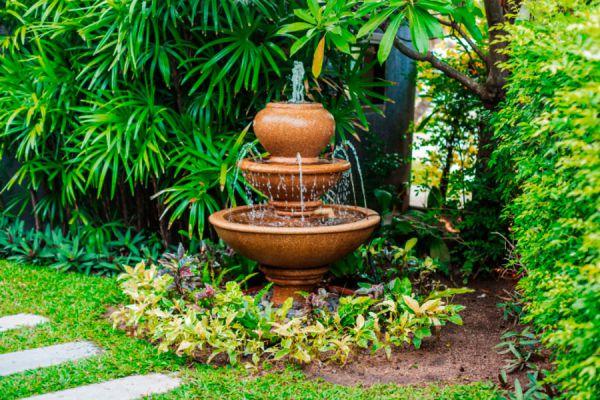 Cómo agregar elementos de agua en el jardín