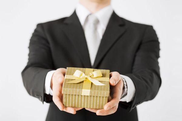 Ideas para regalar en el aniversario de bodas. Qué regalar para un aniversario de casados en los primeros 10 años. Tips para regalar en un aniversario