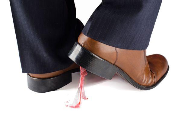 Métodos para quitar el chicle pegado en la ropa, alfombra, madera y otras superficies. Cómo retirar una goma de mascar pegada.