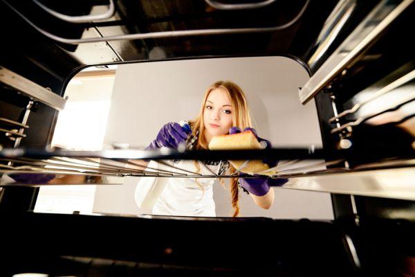 Cómo eliminar los depósitos de grasa del horno
