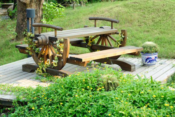 Mesas de jardín unidas a las plantas trepadoras. Idea original para unir las plantas y las mesas de jardín