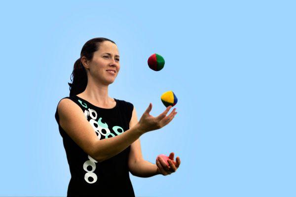 Cómo hacer malabares con 3 bolas