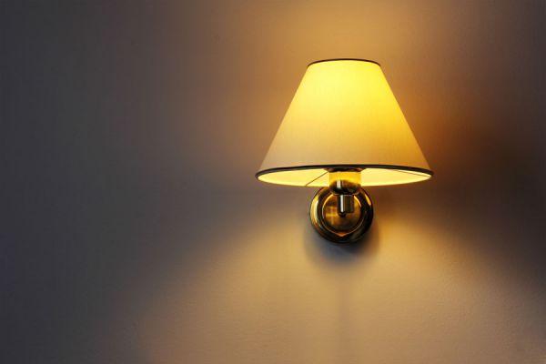 Cómo colocar una lámpara de pared