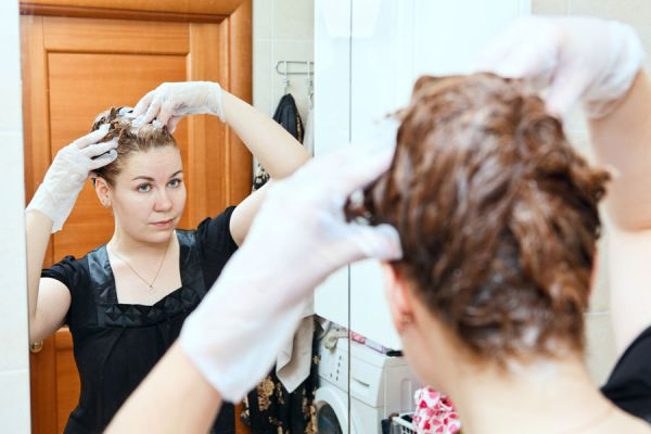 Cómo aplicar el tinte de henna en el cabello