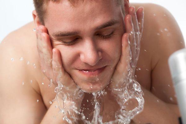 Llegó el verano: ¿Cómo protegen los hombres su piel?