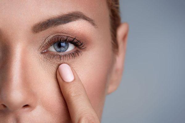 Mujer con arrugas en los ojos