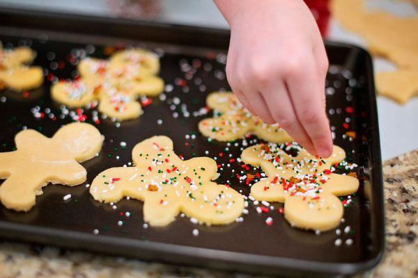 Granas caseras para decorar tortas. Ingredientes para preparar granas de colores en casa.