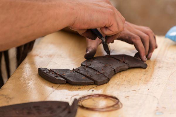 Pasos para hacer figuras de barro. Cómo hacer decoraciones de barro. Guía para crear tus propios objetos de barro