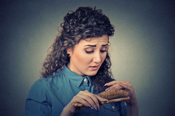 Tips para evitar la caída del pelo producido por caspa. Cómo evitar la caspa en el pelo. La relación entre la caída del pelo y la caspa