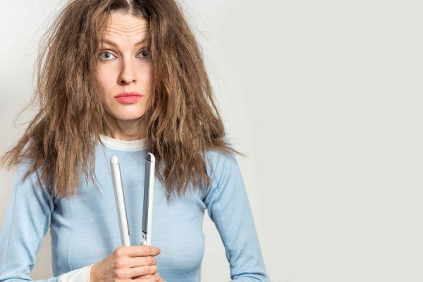Método para lograr un peinado rizado usando la plancha.