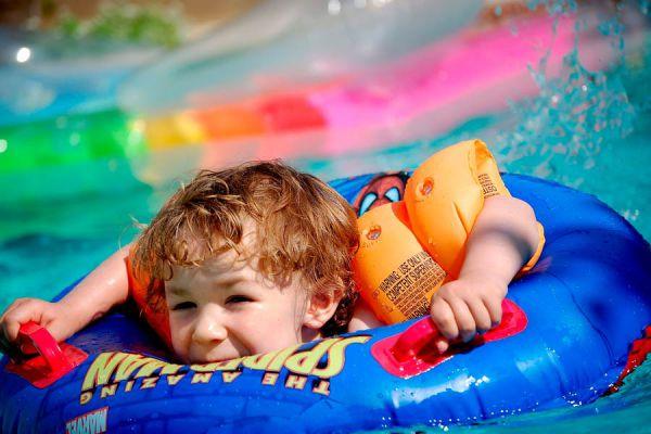 Cuidar a los niños dentro de la piscina. Tips de seguridad para proteger a los niños en la piscina