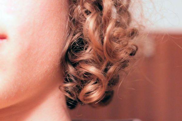 Cómo tener un peinado rizado con trenzas. Cómo usar trenzas para rizar el cabello. Cabello ondulado con trenzas.