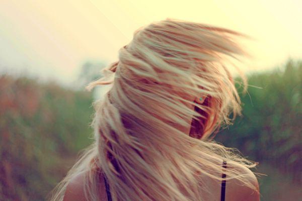 Por qué caen los cabellos a las muchachas y que hacer