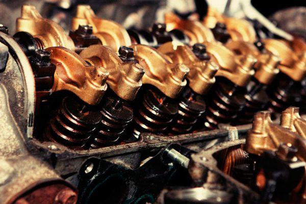 Claves para revisar los fluidos del coche. Consejos para analizar los fluidos del vehículo. Revisar el nivel de aceite del motor