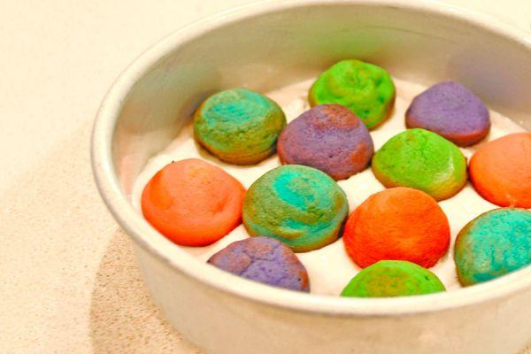Receta para hacer un pastel de cumpleaños de colores. Cómo rellenar con puntos de colores un pastel de cumpleaños. Pastel colorido