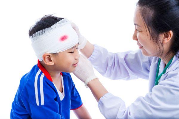 Cómo actuar si un niño se golpea la cabeza. Qué hacer cuando un niño o bebé se golpea la cabeza. Golpes en la cabeza: primeros auxilios