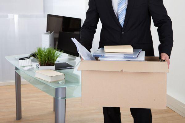 Trabajador guardando sus cosas en la oficina luego de una renuncia.