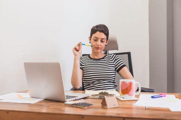 Mujer distraída en el trabajo, procrastinando