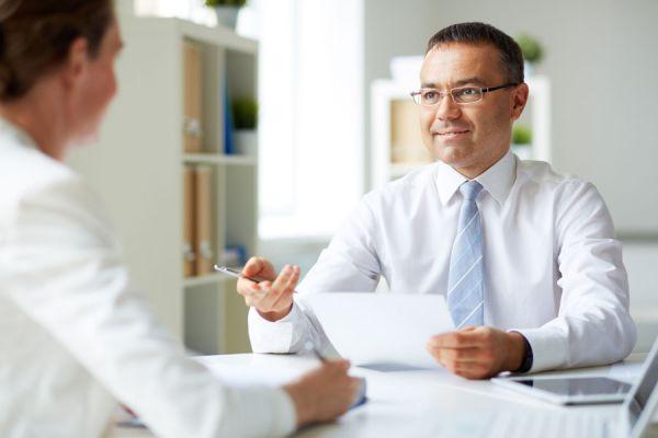 Claves para saber si un candidato miente en una entrevista. Tips para detectar mentiras en una entrevista laboral. Mentiras durante una entrevista