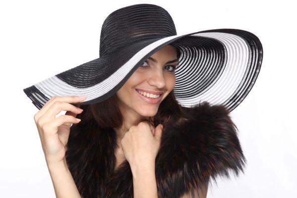 Como usar sombreros para decorar la casa. Claves para decorar paredes con sombreros y pañoletas. Ambientar una pared con sombreros