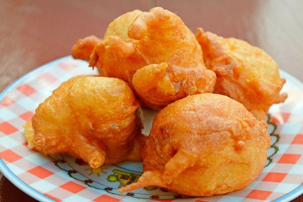 Cómo preparar buñuelos de manzana. Cómo hacer buñuelos de manzana caseros. Receta para hacer buñuelos caseros de manzana