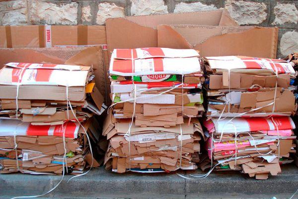 Idea para reutilizar el cartón. Cómo crear un mueble con cartón prensado. Haz tus propios muebles reciclando cartón.